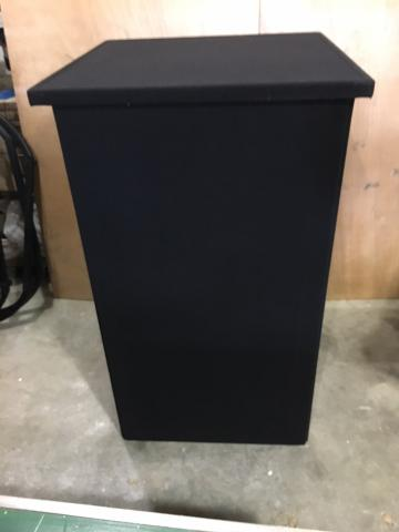 4 knock-down pedestals in black velour fabric, with 2 cases