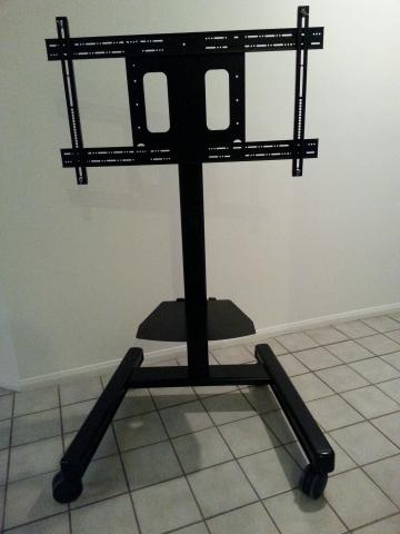 Adjustable height heavy duty display stand on wheels